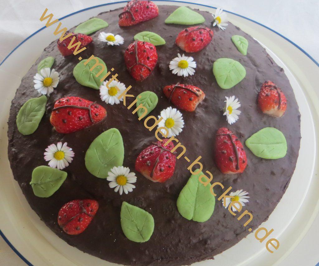 Canachetorte mit Erdbeeren, Gänseblümchen und Marzipanblättern