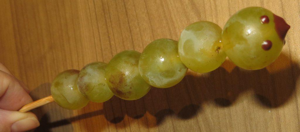 Raupe aus Trauben Tortendekoration Obst Herbst