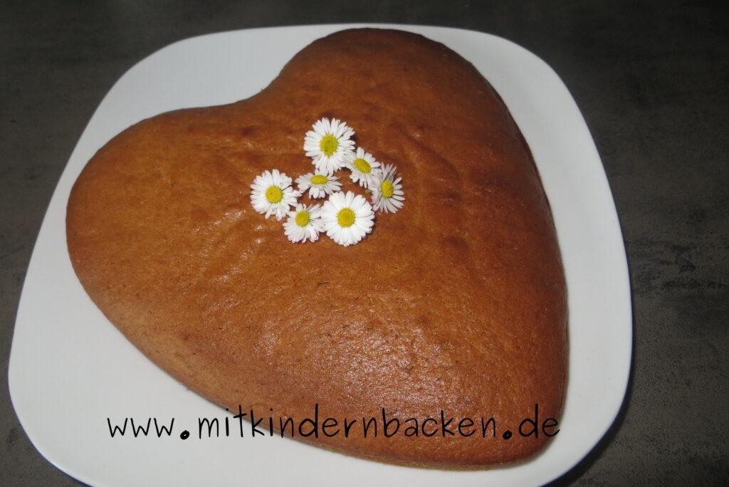 Veganer Apfelkuchen in Herzform mit Gänseblümchen
