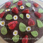 Canachetorte mit Erdbeeren, Gänseblümchen und Marzipanblättter