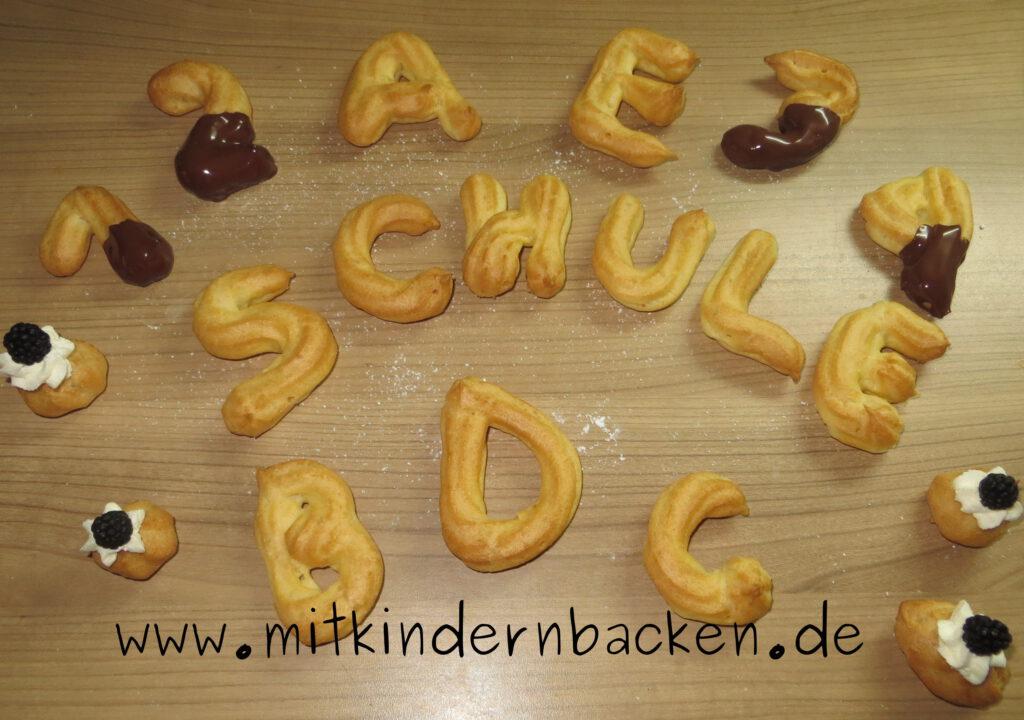 Gebäck zum Schulanfang aus Brandteig mit Sahne, Schokolade und Brombeeren