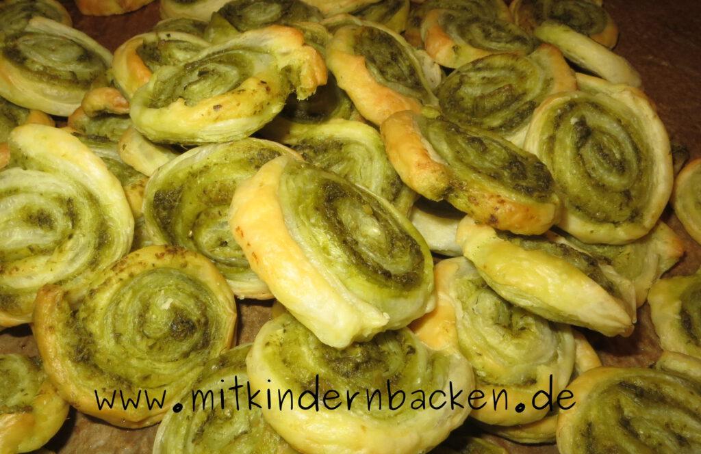 Blätterteigschnecken mit Pesto gefüllt