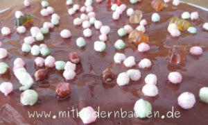 Mit Kindern Kuchen backen und verzieren: Schokolade, Puffreis, Gummibärchen