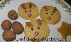 Mürbteigplätzchen ohne Ei als Rentiergesicht mit Schokolade und Nüssen