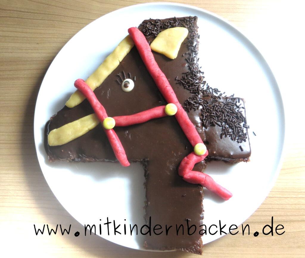 Geburtstagskuchen für 4. Geburtstag als Zahl und Pferdemotiv