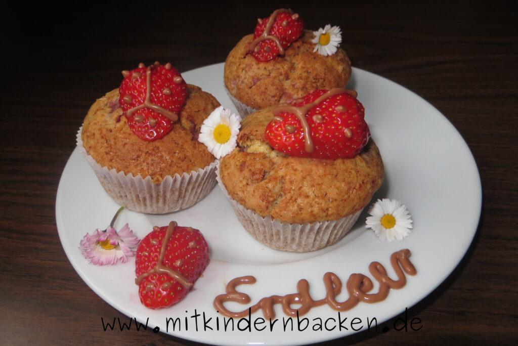 Erdbeermuffins mit Marienkäfern aus Erdbeeren